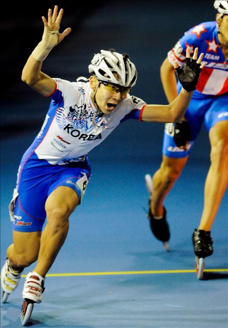 El patinador coreano Min Yong Park ganador de los 3.00 metros