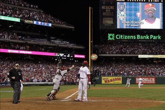 El bateador de los Filis de Filadelfia, Ryan Howard, reacciona tras ser ponchado