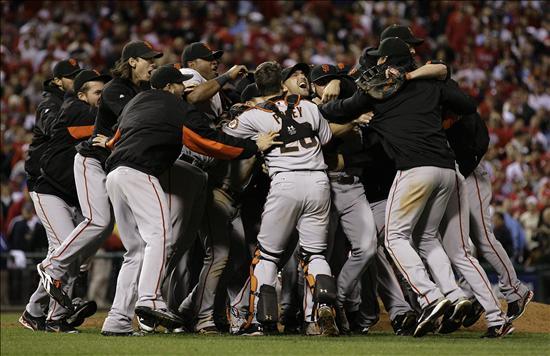 Los jugadores de los Gigantes de San Francisco celebran tras vencer ante los Filis
